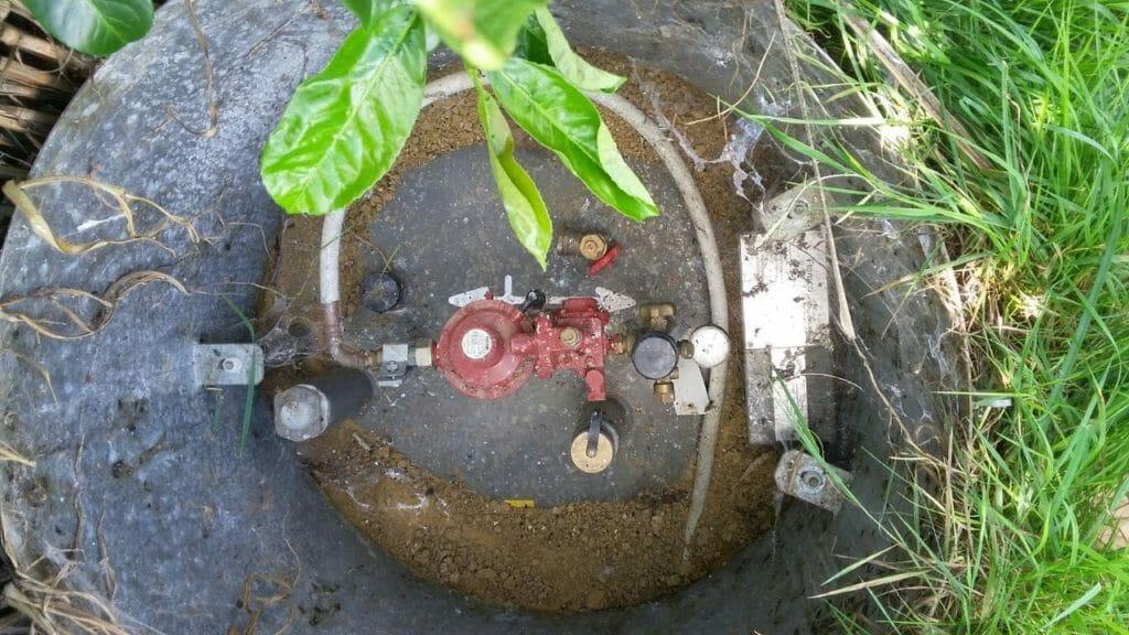 Flüssiggastank unterirdisch mit geöffnetem Deckel zur Miete