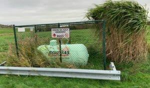 Flüssiggasbehälter in Grün Anfahrschutz mit Leitplanke und eingezäunt