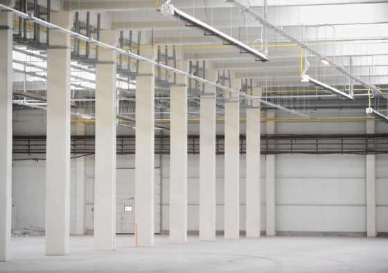 Flüssiggas Hallenheizung unter der Decke einer Industriehalle