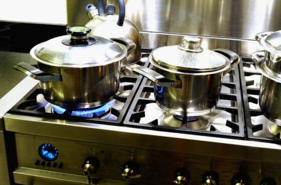 Gasflamme Herdplatte mit Kochtöpfen