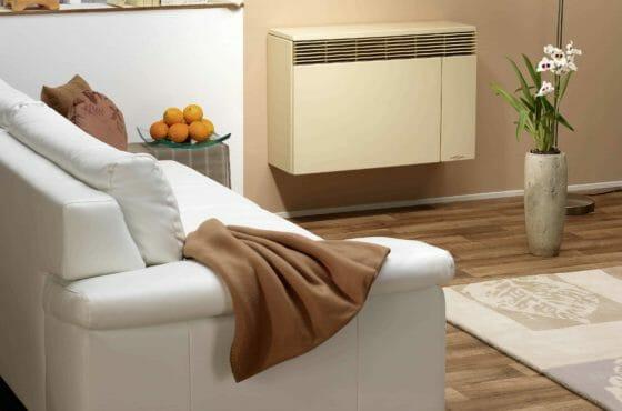 Außenwandheizung mit beigem Außenwandheizer im Wohnzimmer