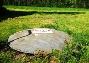Domdeckel von unterirdischem Gastank im Garten