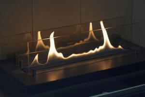 Gaskaminofen offen hinter Glasscheibe brennend