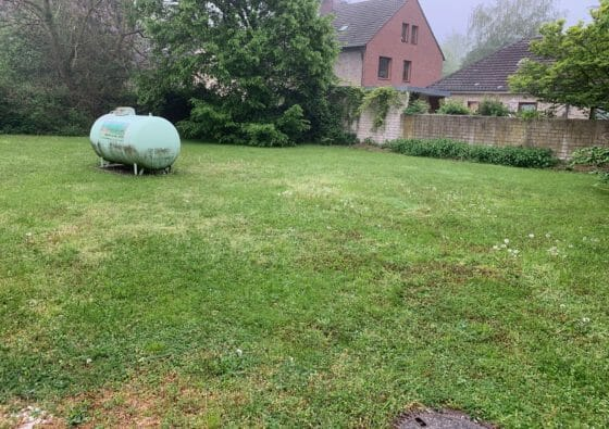 Gastank von Flüssiggasanbieter im Garten
