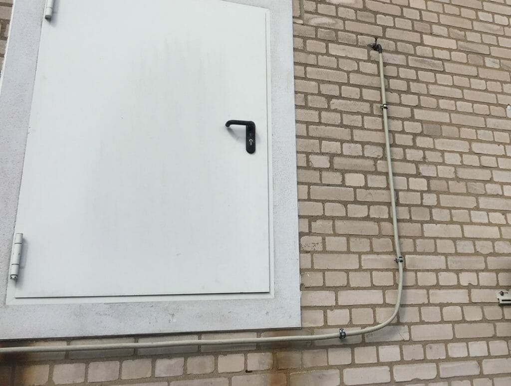 Flüssiggasleitung auf der Hauswand verlegt
