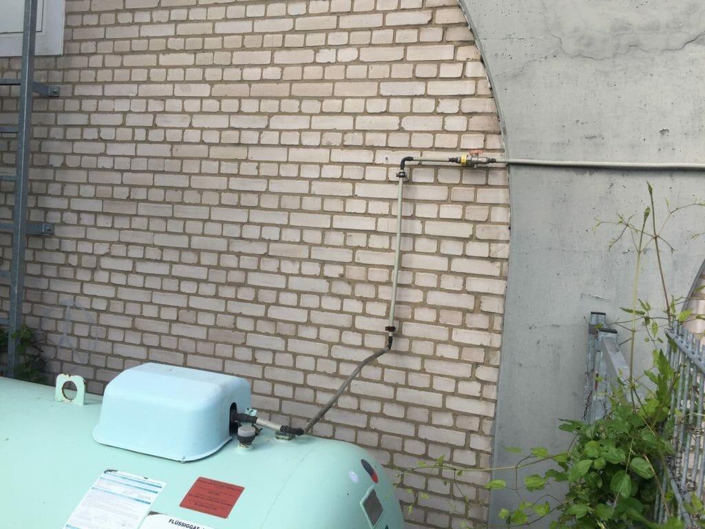 Fluessiggasleitung von Gastank an Hauswand verlegt