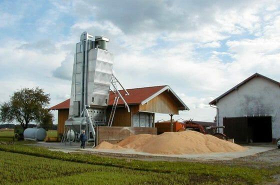 Mobiler Durchlauftrockner mit Getreide und Flüssiggastank