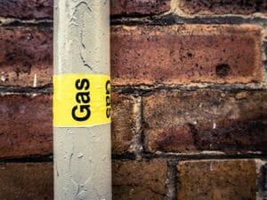 Flüssiggasrohrleitung an Wand montiert