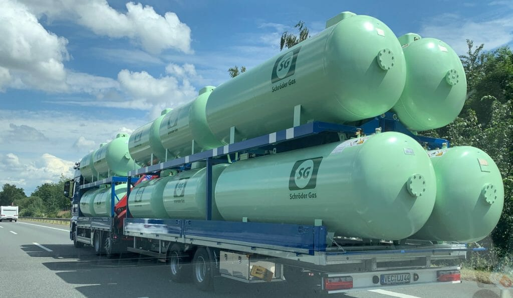 LKW mit grünen oberirdischen Gastanks auf der Autobahn