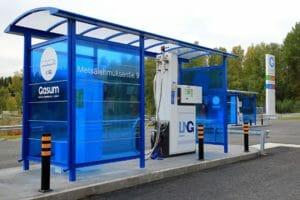 LNG Tankstelle mit blauer Überdachung